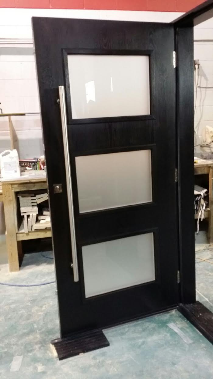 Woodgrain Fiberglass Modern Door with 3 Door Lites and Stainless Steel Handle and Multi Point Locks During Manufacturing